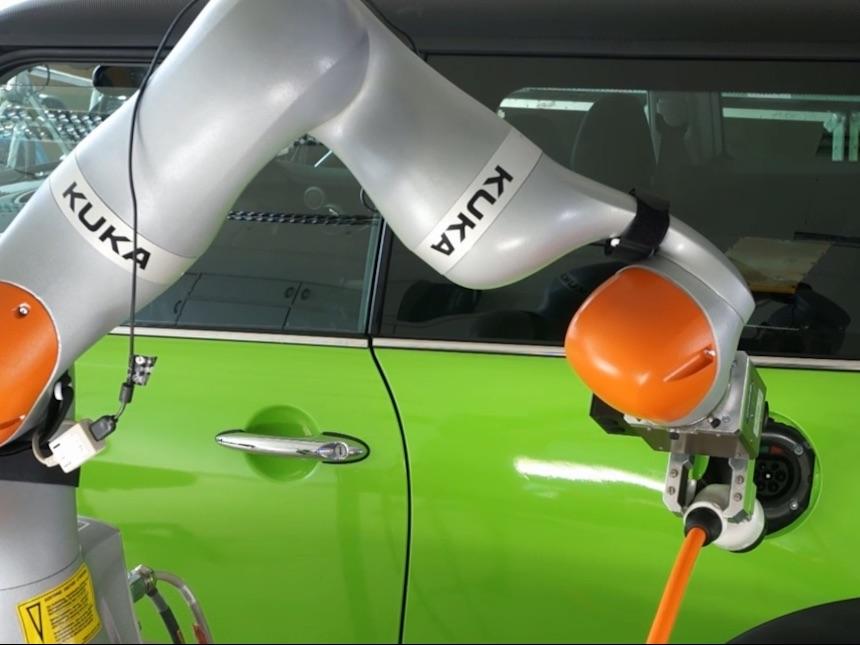 Stecker einstecken mit Roboter
