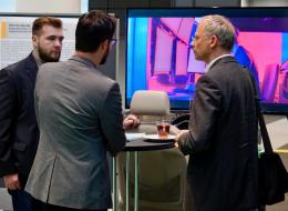 Maximilan Hentschel und Patrick Roßner im Gespräch mit einem Veranstaltungsteilnehmer
