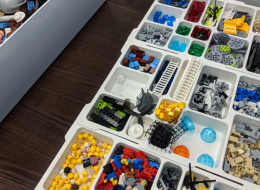 Im Workshop wird unterschiedliches LEGO®-Material zu gemeinsamen Modellen zusammengefügt. Foto: Mathias Haas