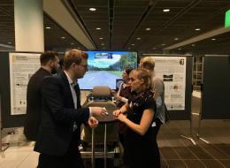 Maximilan Hentschel und Patrick Roßner in Diskussion mit dem Projektkoordinator