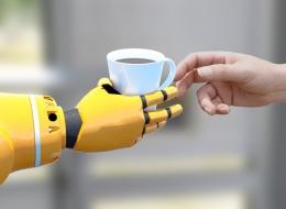 Übergabe einer heißen Tasse vom Roboter an den Menschen