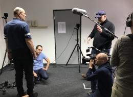 Versuchsleiter und Filmteam