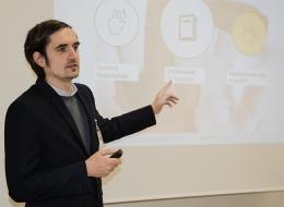 Thomas Seeling präsentiert das Gestenmanual auf der DGS-Konferenz in Passau