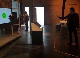 Thomas Seeling testet das Exponat der Professur vor der Ausstellungseröffnung