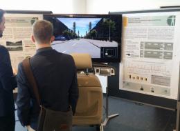 Patrick Roßner erklärt den Fahrsimulator und das HMI