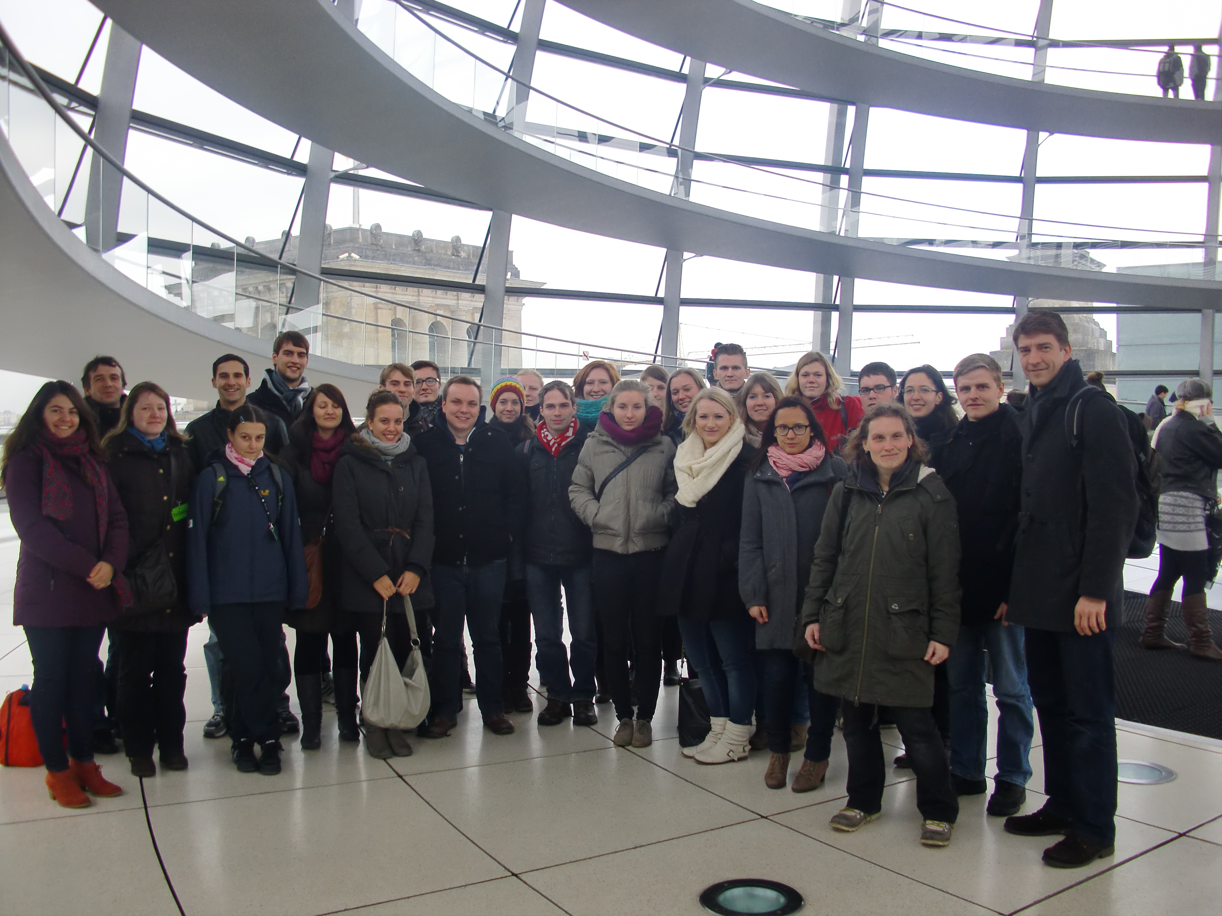 die Gruppe mit dem Abgeordneten Herrn Leutert auf der Kuppel des Reichtagsgebäudes