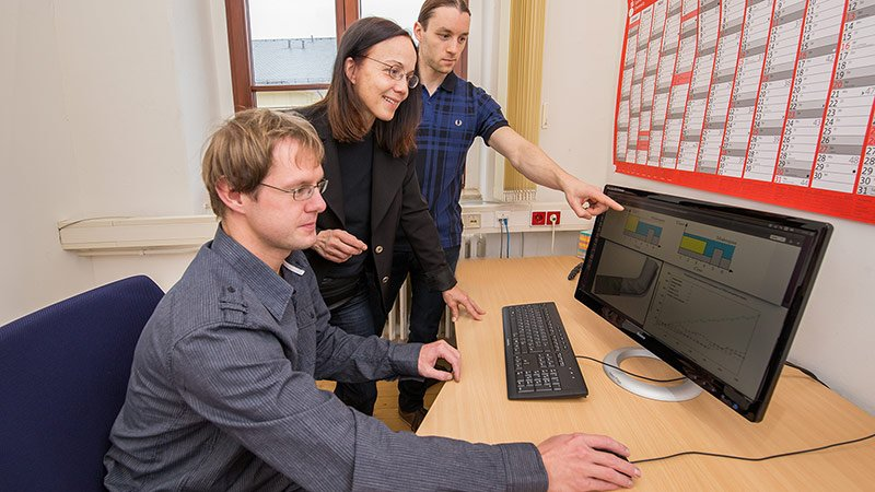 Robert Dietze, Prof. Dr. Gudula Rünger and Dr. Michael Hofmann work on the computer.