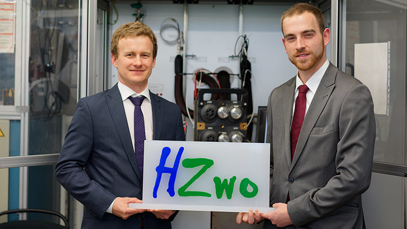 "Philipp Rathke (l.) and Felix Bemme work together in the ""ISELKO HZwo:SYS"" project."