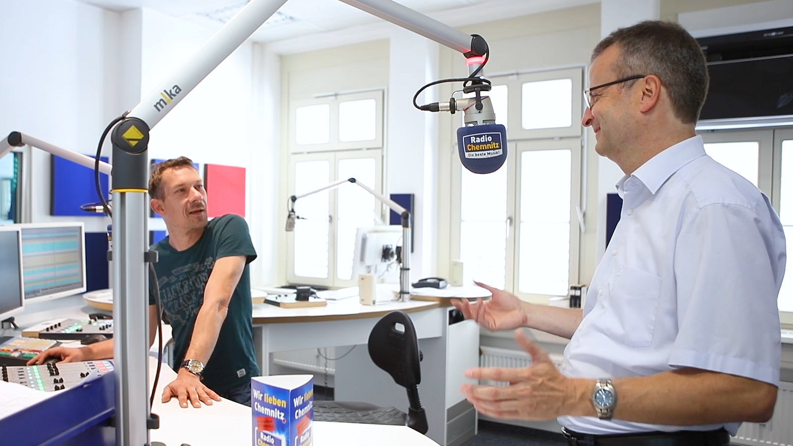 Picture of Mario Steinebach and a radio host during an interview
