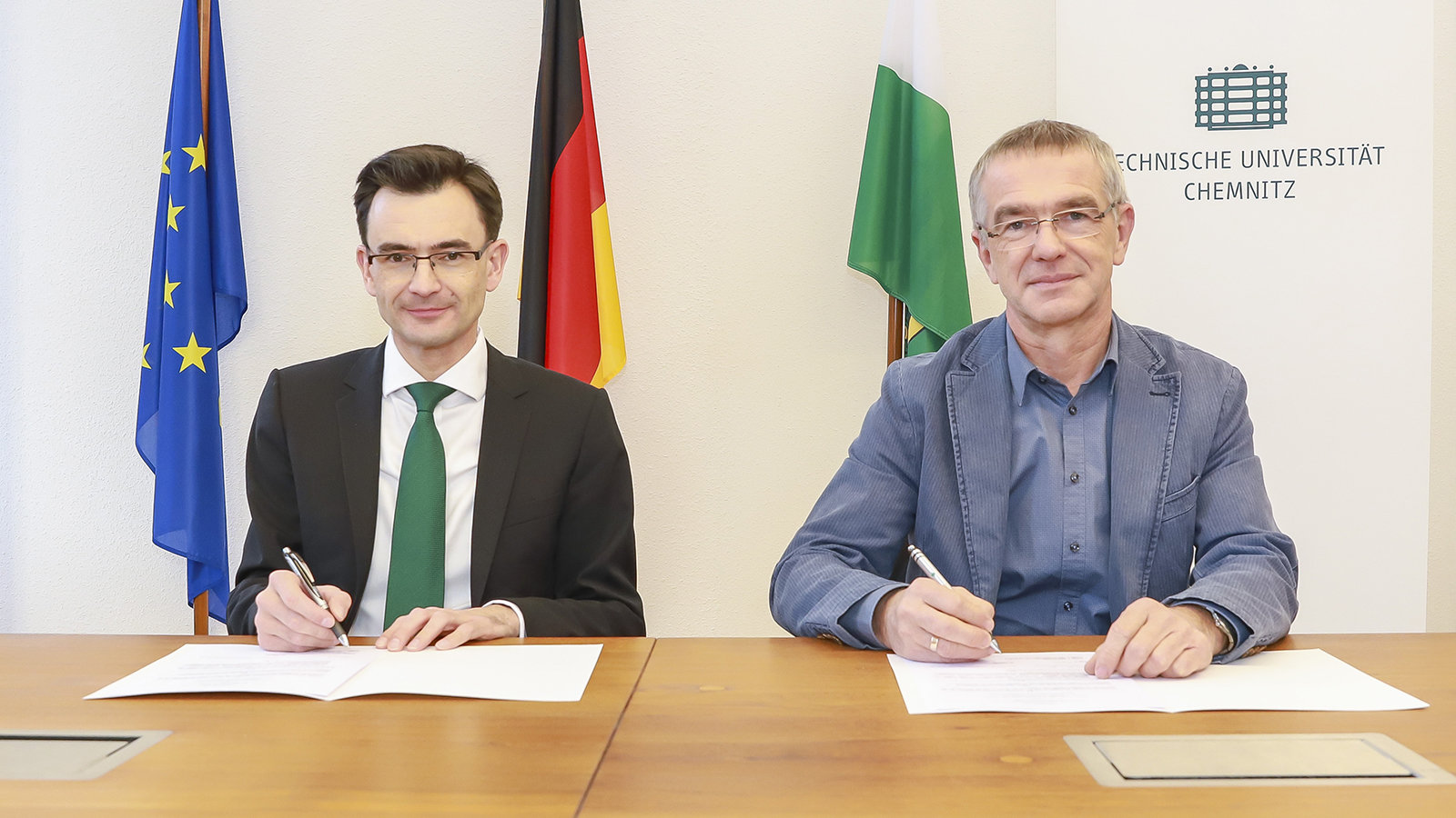 Prof. Gerd Strohmeier and Thomas Raschke sign an agreement