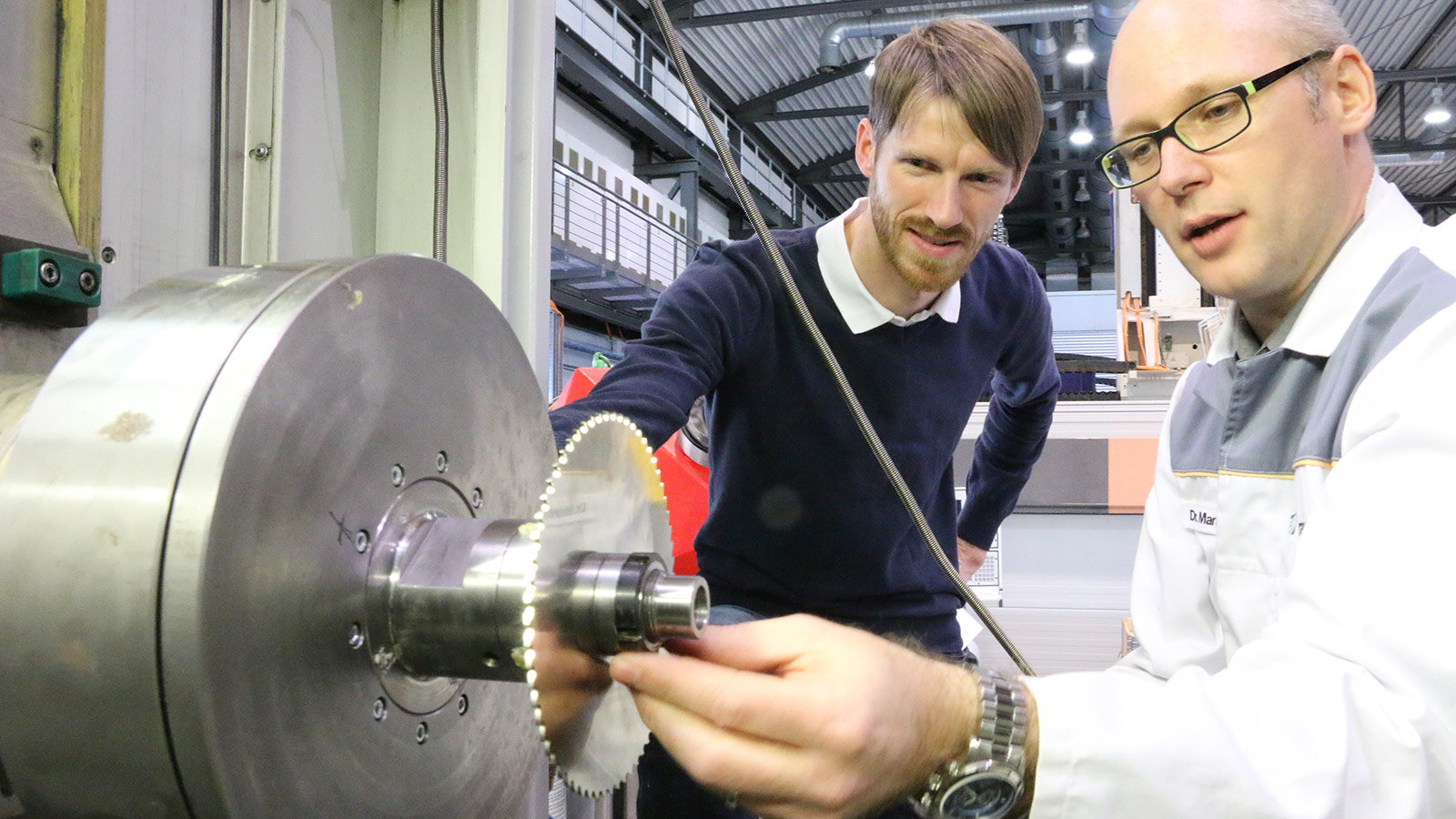 Dr. Andreas Otto und Dr. Martin Kolouch are working on a machine