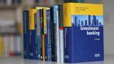 """regal mit Büchern, im Vordergrund das Buch mit dem Titel """"Investmentbanking""""."""
