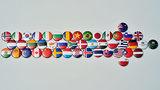 Button mit veschiedenen Nationalflaggen bilden einen Pfeil.