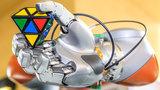Roboterhand hält Würfel