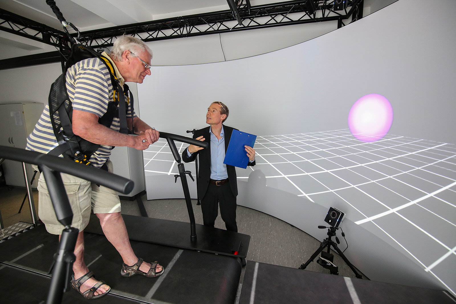 A test subject with a lower leg prosthesis is placed on a virtual suspension bridge.