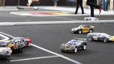 Rennwagen im Miniaturformat fahren auf einer Rennbahn.