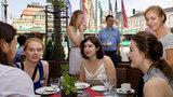 5 junge Frauen und zwei Männer unterhalten sich vor dem Chemnitzer Opernplatz.