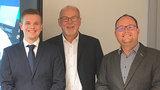 Drei Männer stehen nebeneinander