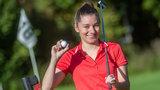 Frau mit Golfschläger in der Hand