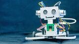 Ein kleiner Roboter lächelt.