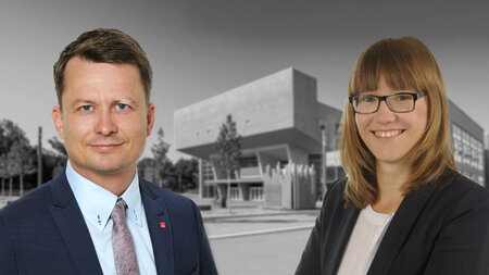Ein Mann und eine Frau stehen vor einem Gebäude.
