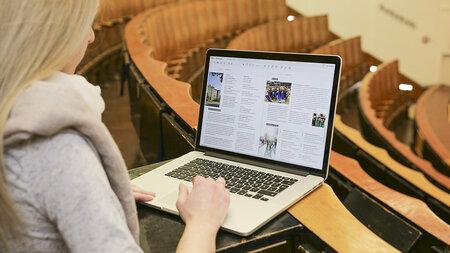 Eine junge Frau arbeitet am Laptop.