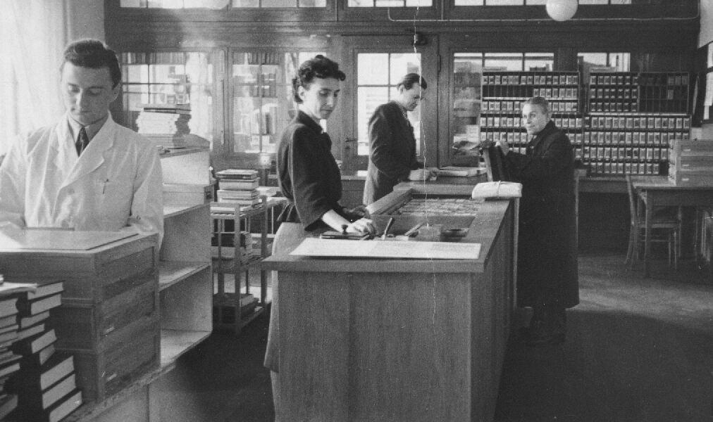 Foto: Der Ausleihraum der Bibliothek 1955 © Universitätsarchiv