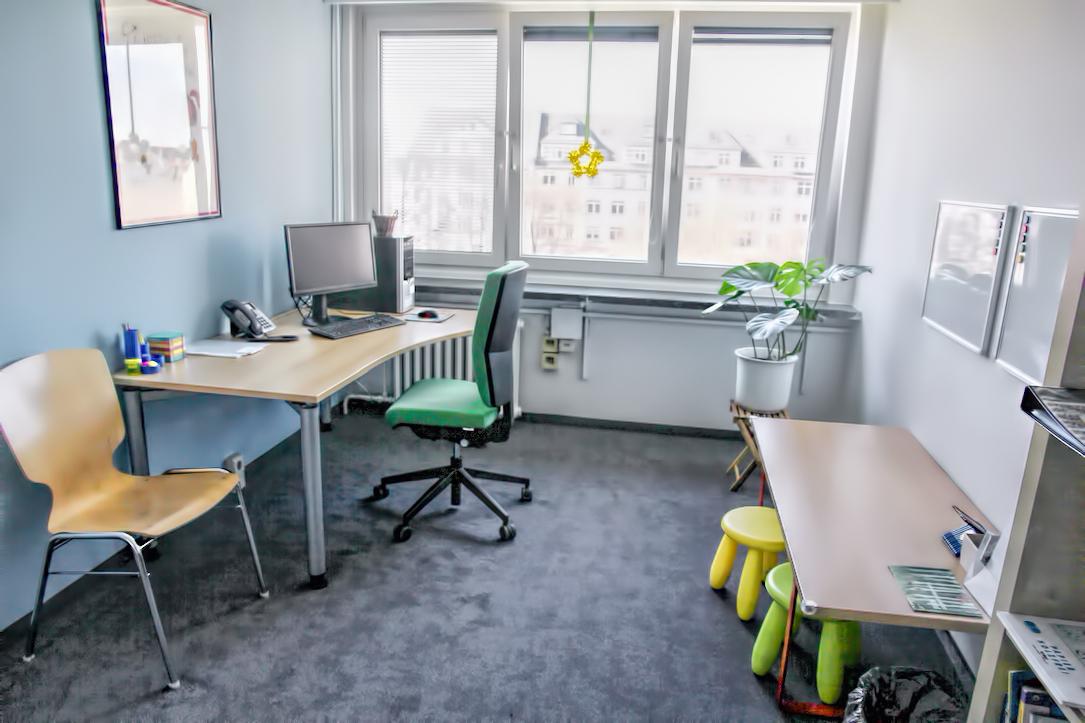 Foto: Blick in den Eltern-Kind-Raum mit Arbeitspltz und Kinderschreibtisch, CampusBibliothek II © Sven Aurich