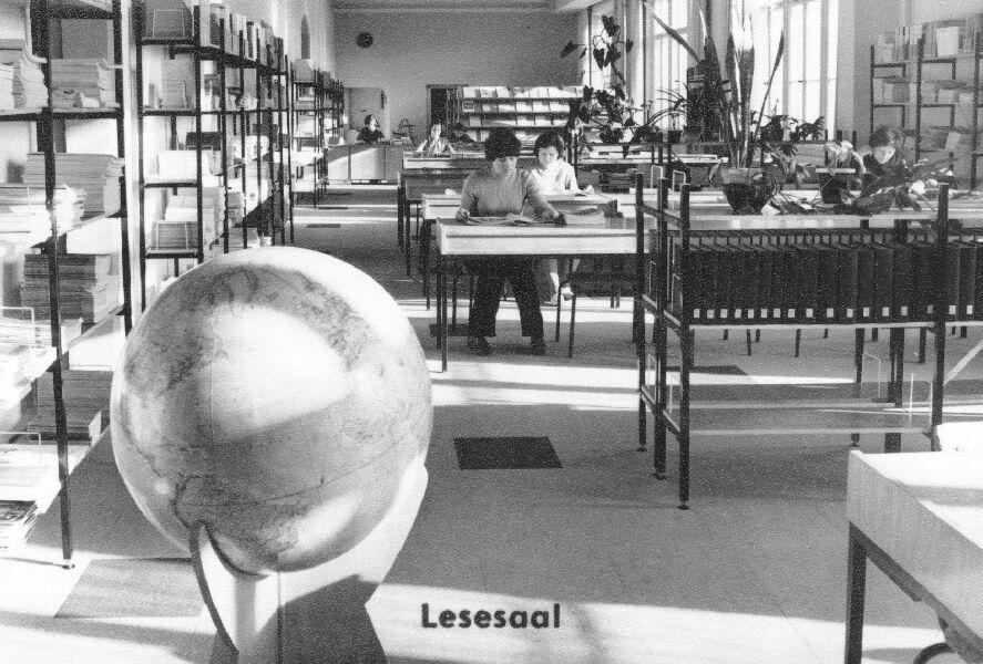 Foto: Blick in den Lesesaal der Zentralbibliothek mit großem Globus im Vordergrund 1890 © Universitätsarchiv